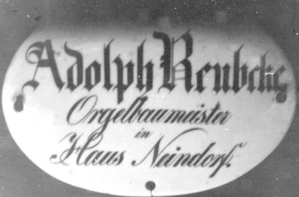 Das Firmenschild der Orgelbauerfamilie Reubke